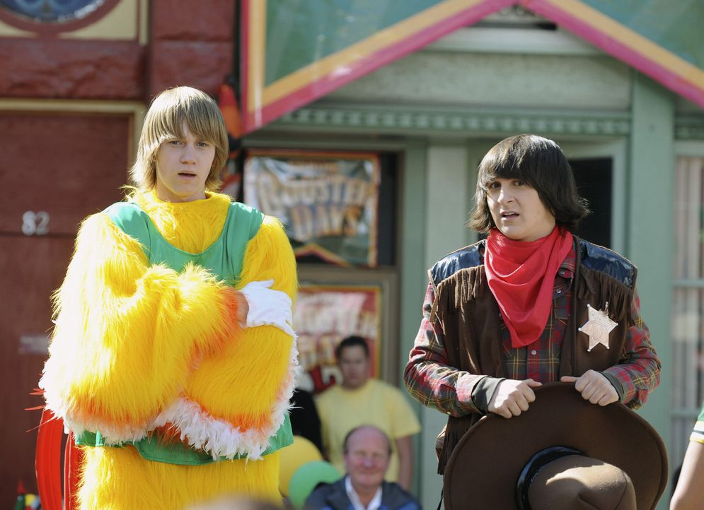 Wie reagieren ihre Freunde, die Familie und die Fans, als deutlich wird, dass nicht Cleatus (Mitchel Musso, r.), sondern Pete (Jason Dolley, l.) in... - Bildquelle: Disney Enterprises, Inc. All rights reserved.
