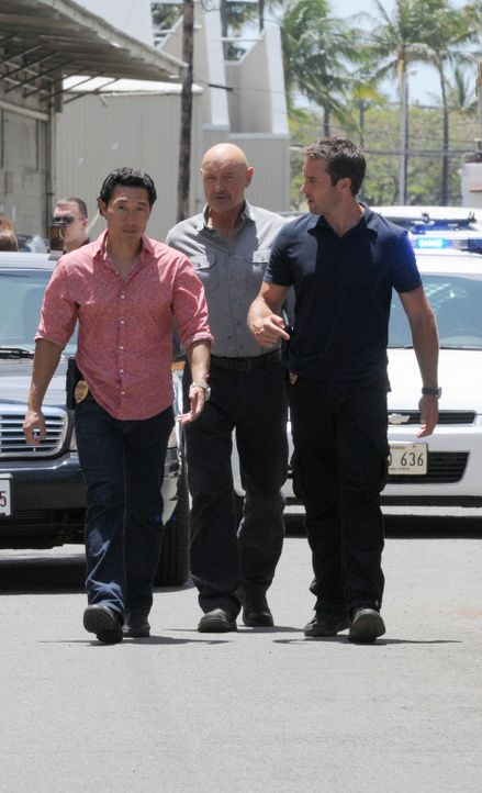 "Untersuchen den Mord an HPD-Polizeichef ""Chief"" Fryer: Steve (Alex O'Loughlin, r.), Chin (Daniel Dae Kim, l.) und Joe (Terry O'Quinn, M.) ... - Bildquelle: TM &   CBS Studios Inc. All Rights Reserved."