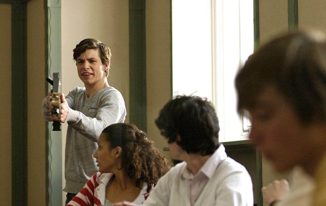 Von seinen Mitschülern provoziert, rastet Jonas (Emil Reinke, l.) im Unterricht aus und droht mit einer Gotcha-Pistole. - Bildquelle: Oliver Feist Sat.1