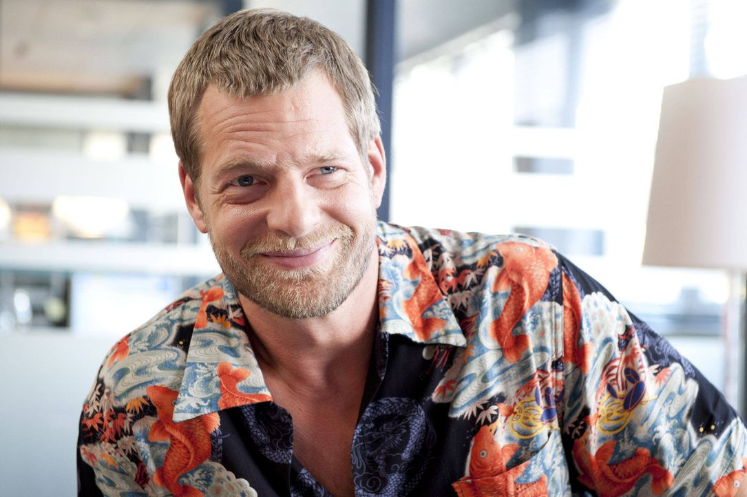 (3. Staffel) -  Hat einen Nebenbuhler und eine neue Kollegin, die ihn aus der Fassung bringen: Mick (Henning Baum) ... - Bildquelle: SAT.1