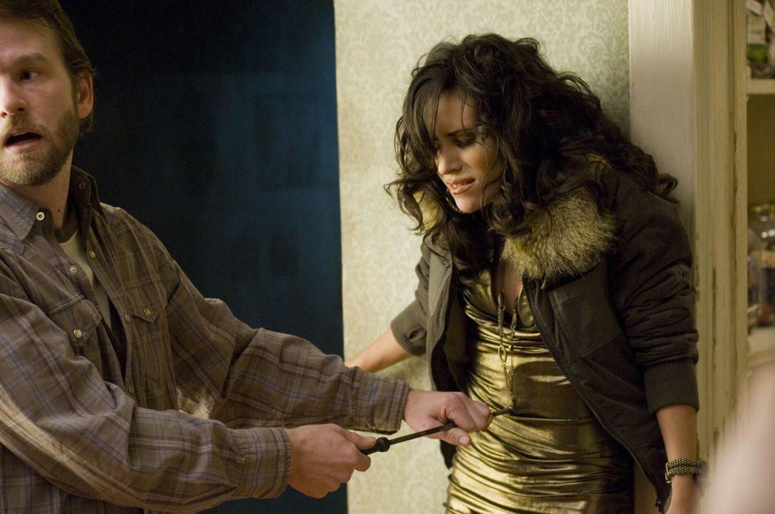 Arme Divine (Lita Tresierra, r.)! Als Transsexuelle kann sie von dem Serienkiller (Dallas Roberts, l.) kein Mitleid erwarten ... - Bildquelle: Kinowelt GmbH