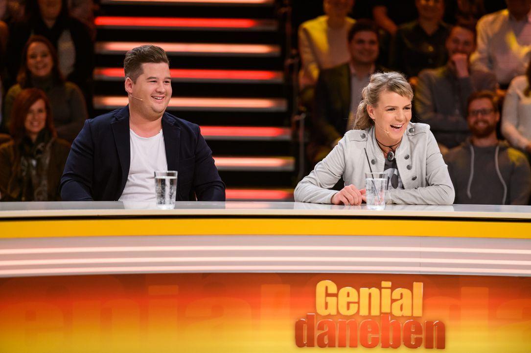 Chris Tall (l.) und Mirja Boes (r.) stellen sich den genialen Fragen des Publikums. - Bildquelle: Willi Weber SAT.1