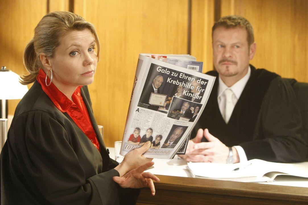 Geht mit viel Willensstärke an ihren neuen Fall heran: Danni Lowinski (Annette Frier, l.) ... - Bildquelle: SAT.1