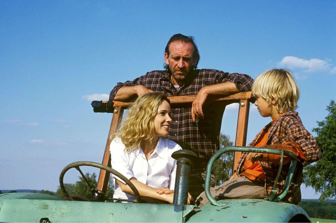 Maria-Luise (Ann-Kathrin Kramer, l.) gibt sich wirklich alle Mühe, Karl (Jochen Nickel, M.) und Lukas (Neal Thomas, r.) für sich einzunehmen. Doch d... - Bildquelle: Sat.1