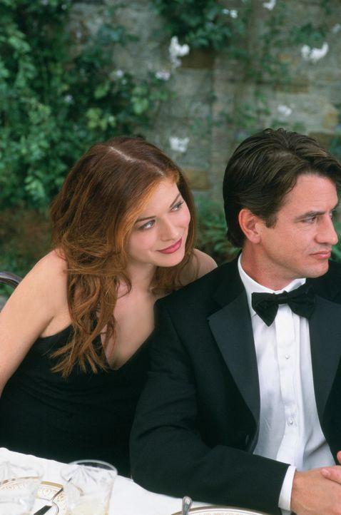 Zwischen Kat (Debra Messing, l.) und ihrem gebuchten Callboy Nick (Dermot Mulroney, r.), entwickelt sich bald mehr als nur eine Geschäftsbeziehung... - Bildquelle: Gold Circle Films