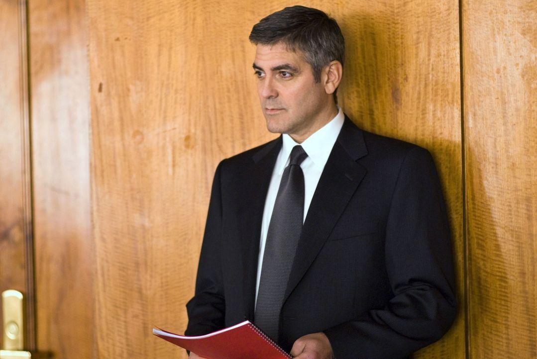 Je mehr Michael (George Clooney) ermittelt, desto wahrscheinlicher wird auch die Annahme, dass Arthur Edens' Anschuldigungen wahr sind ... - Bildquelle: Constantin Film Verleih GmbH