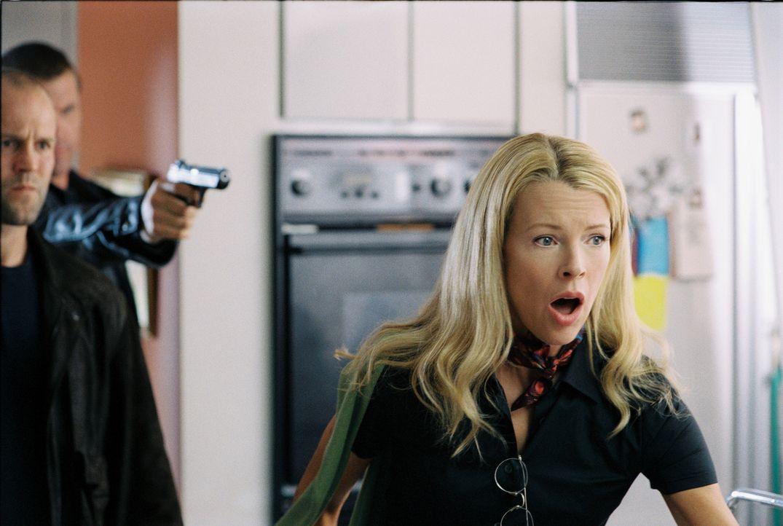 Jessicas (Kim Basinger) idyllische Lebensweise ist beendet, als unbekannte Männer in ihr Haus eindringen, sie kidnappen und auf einem Dachboden eins... - Bildquelle: Warner Bros. Pictures