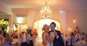 Klassisch und elegant – viele Brautpaare begegnen sich auf dem Parkett ganz t...