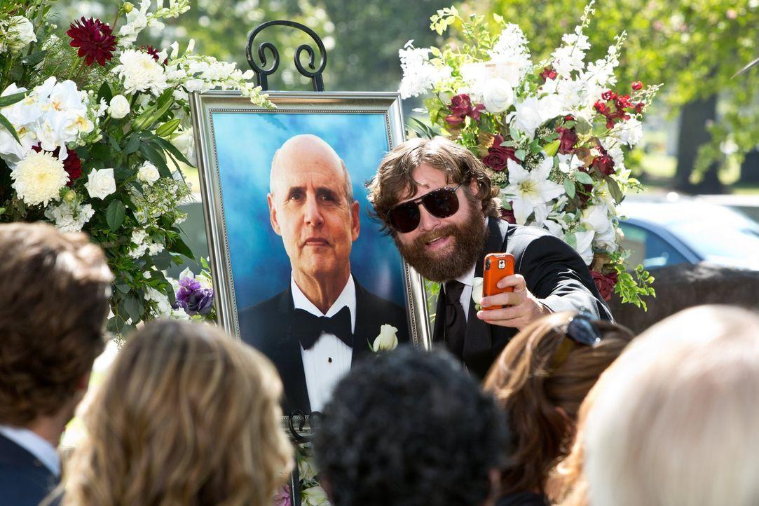 Auch auf der Beerdigung seines Vater ist Alan (Zach Galifianakis, l.) nur schwer zu bremsen ... - Bildquelle: 2013 Warner Brothers