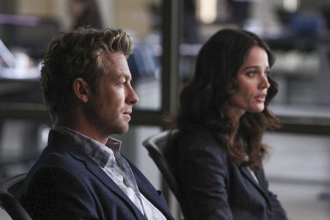 Versuchen fieberhaft, den Entführer von Grace zu stellen: Jane (Simon Baker, l.) und Lisbon (Robin Tunney, r.) ... - Bildquelle: Warner Bros. Television