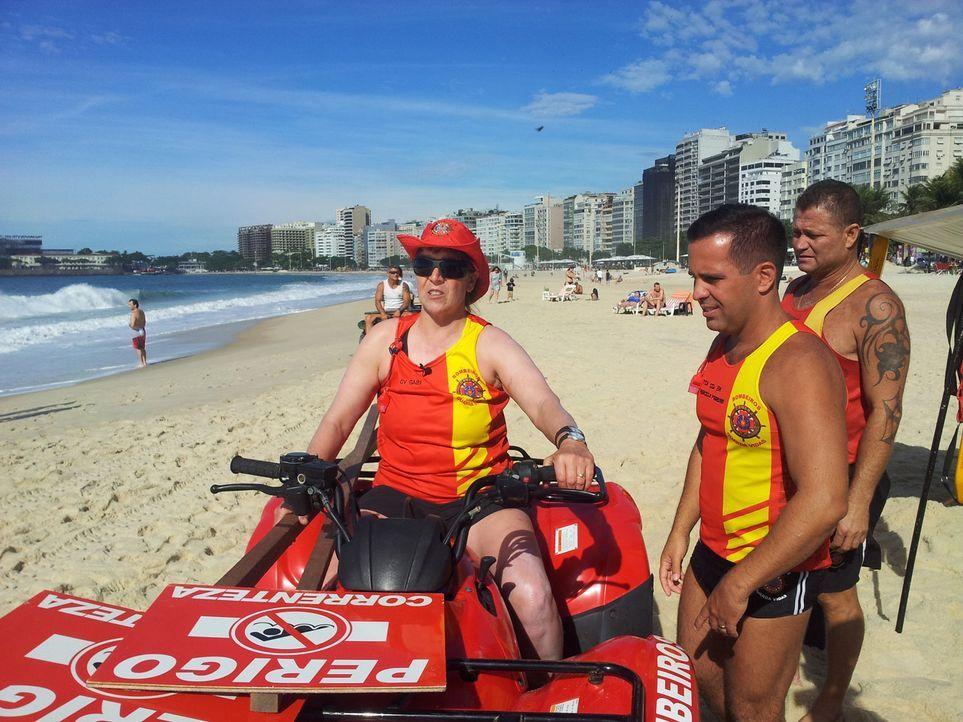 Gabi (l.) aus Thüringen tauscht ihren gemütlichen Job gegen zehn Tage militärischen Drill am bekanntesten Strand der Welt: der Copacabana ... - Bildquelle: kabel eins