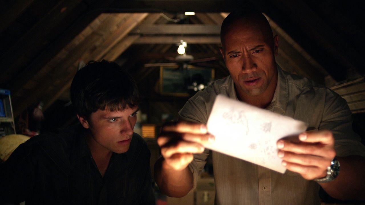 Nachdem Sean (Josh Hutcherson, l.) per Funk ein Signal von mysteriösen Koordinaten erhalten hat, ist er sich sicher, dass sie von seinem Großvater s... - Bildquelle: Warner Bros.