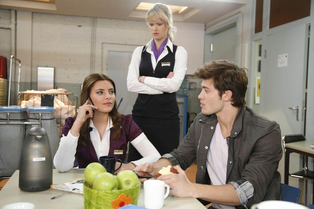 Jessica erkennt, dass Chris vorhat, ihr ein Projekt aus der Hand zu reißen: (v.l.n.r.) Chris (Sophia Thomalla), Jessica (Isabel Ege) und Moritz (Eu... - Bildquelle: SAT.1