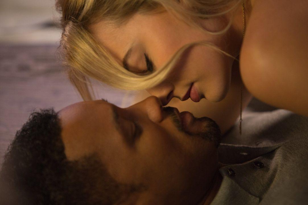Der erfolgreiche Gauner Nicky (Will Smith, unten) und die attraktive Jess (Margot Robbie, oben) schließen sich zusammen und geben ein nahezu perfekt... - Bildquelle: Warner Bros.