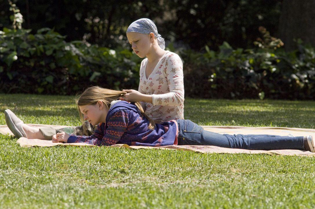 Ohne ihre Schwester Anna (Abigail Breslin, l.) kann Kate Fitzgerald (Sofia Vassilieva, r.) nicht leben: Sie hat Leukämie. Doch eines Tages weigert... - Bildquelle: Warner Brothers