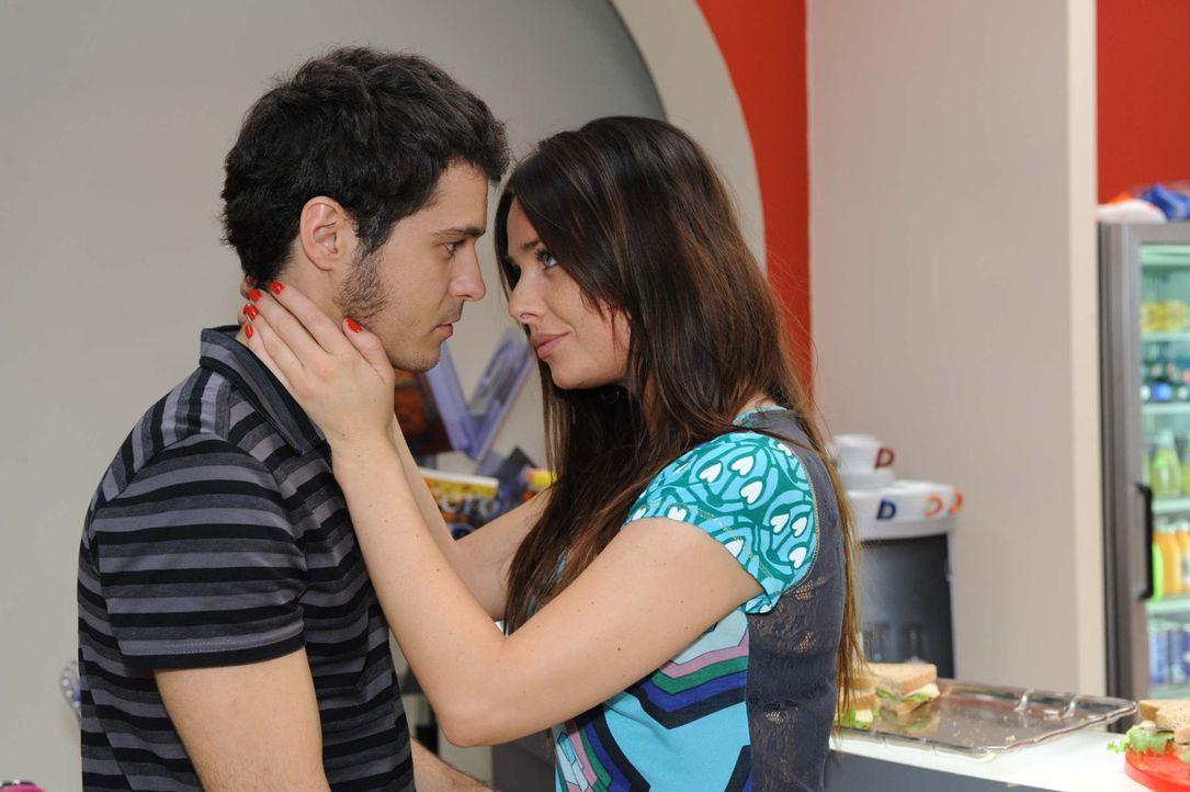 Maik (Sebastian König, l.) berichtet Paloma (Maja Maneiro, r.) von Enriques Liebeserklärung und tut es ihm nach ... - Bildquelle: SAT.1