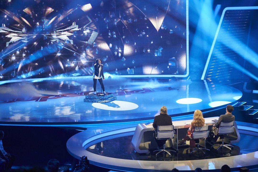 Kann Asanda Jezile (hinten) mit ihrem Gesang, die Jury Michelle Hunziker (vorne M.), Felix Neureuther (vorne r.) und Henning Wehland (vorne l.) von... - Bildquelle: Stefan Hobmaier SAT.1