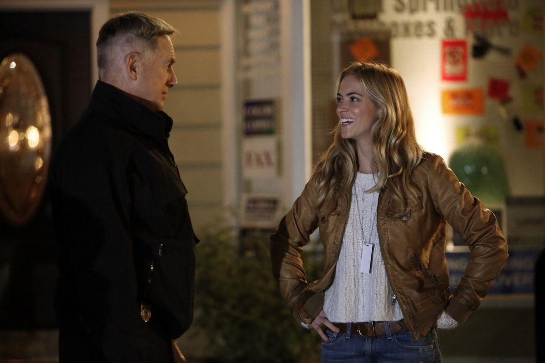 """Arbeiten zusammen an einem neuen Mordfall: NSA-Analystin Eleanor """"Ellie"""" Bishop (Emily Wickersham, r.) und Gibbs (Mark Harmon, l.) ... - Bildquelle: CBS Television"""