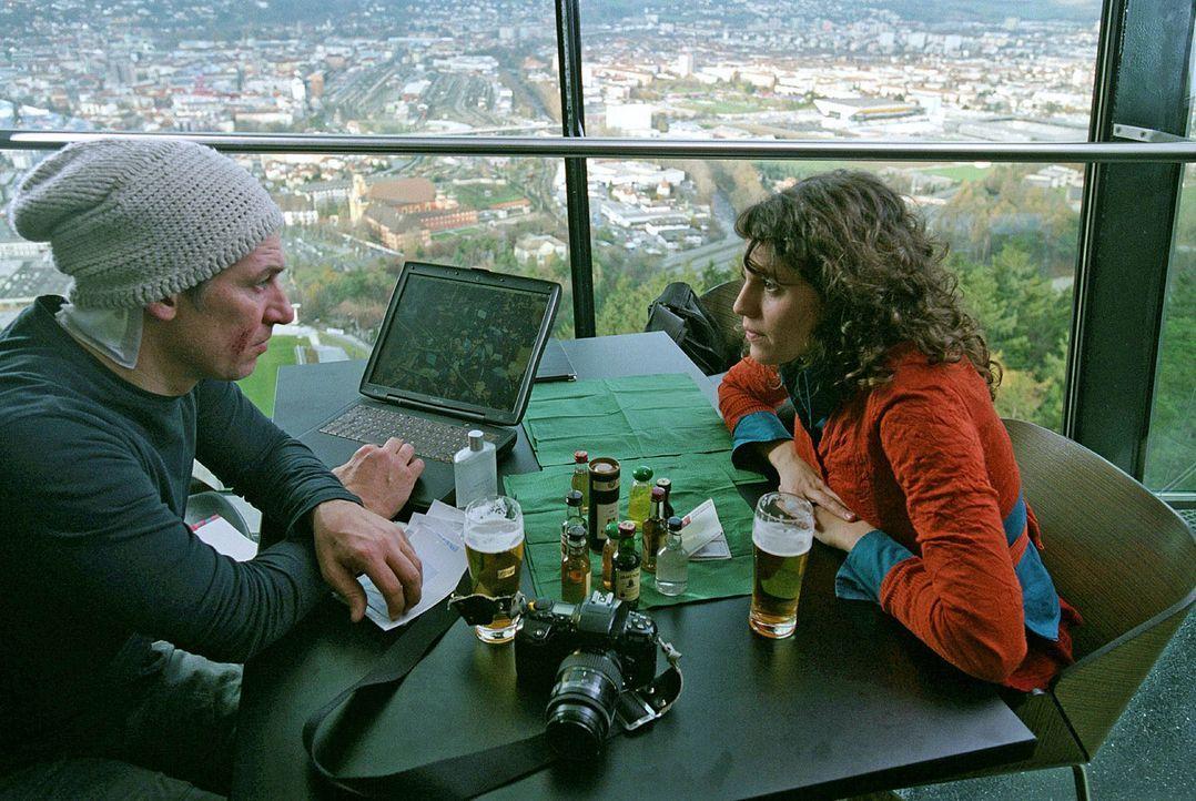 Franka (Jasmin Gerat, r.) und Luis (Tobias Moretti, l.) fühlen sich zueinander hingezogen und wollen gemeinsam die Wahrheit herausfinden. - Bildquelle: Andreas Fischer Sat.1