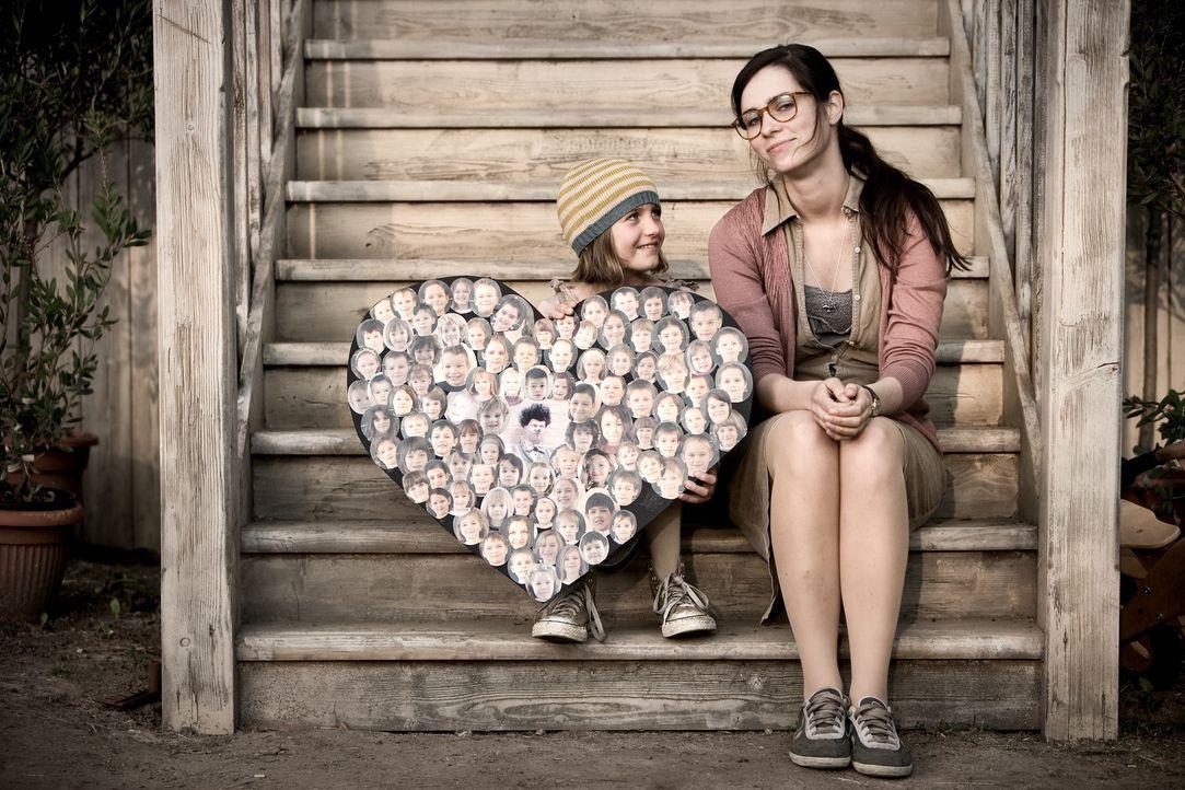 Die Kinder können gar nicht genug von Ludo bekommen. Doch auch Anna (Nora Tschirner, r.) muss zugeben, dass sie wenig erfreut darüber ist, dass er... - Bildquelle: Warner Bros.