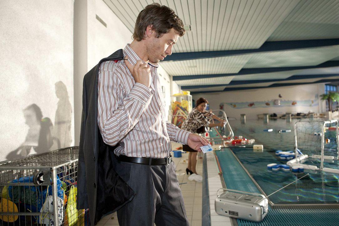 Als Julian (Sebastian Hölz, l.) Bens Bibliotheksausweis im Schwimmbad findet, ist er sich sicher, dass er verantwortlich für die nächtliche Party... - Bildquelle: SAT.1