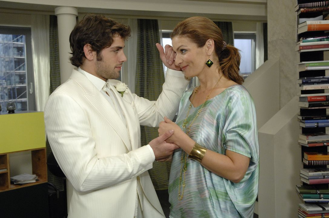 Natascha (Franziska Matthus, .r) wünscht ihrem Sohn (Roy Peter Link) alles Gute zur Hochzeit. - Bildquelle: Sat 1
