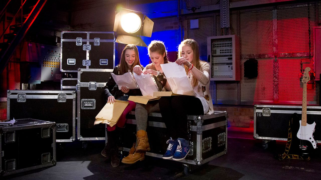 The-Voice-Kids-epi04-Alexandra-Sarah-Rita-1-SAT1-Richard-Huebner - Bildquelle: SAT.1/Richard Hübner