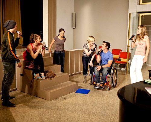 Beim singen können alle STAG-Mitglieder ihre Sorgen vergessen, nur Bea bleibt nachdenklich. - Bildquelle: David Saretzki - Sat1