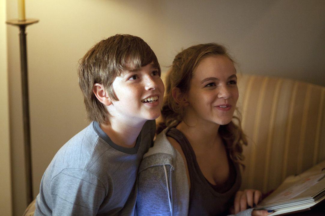 Für Dana (Morgan Saylor, r.) kehrt ihr Vater zurück, für Chris (Jackson Pace, l.) ist er aber lediglich ein Fremder ... - Bildquelle: 2011 Twentieth Century Fox Film Corporation. All rights reserved.