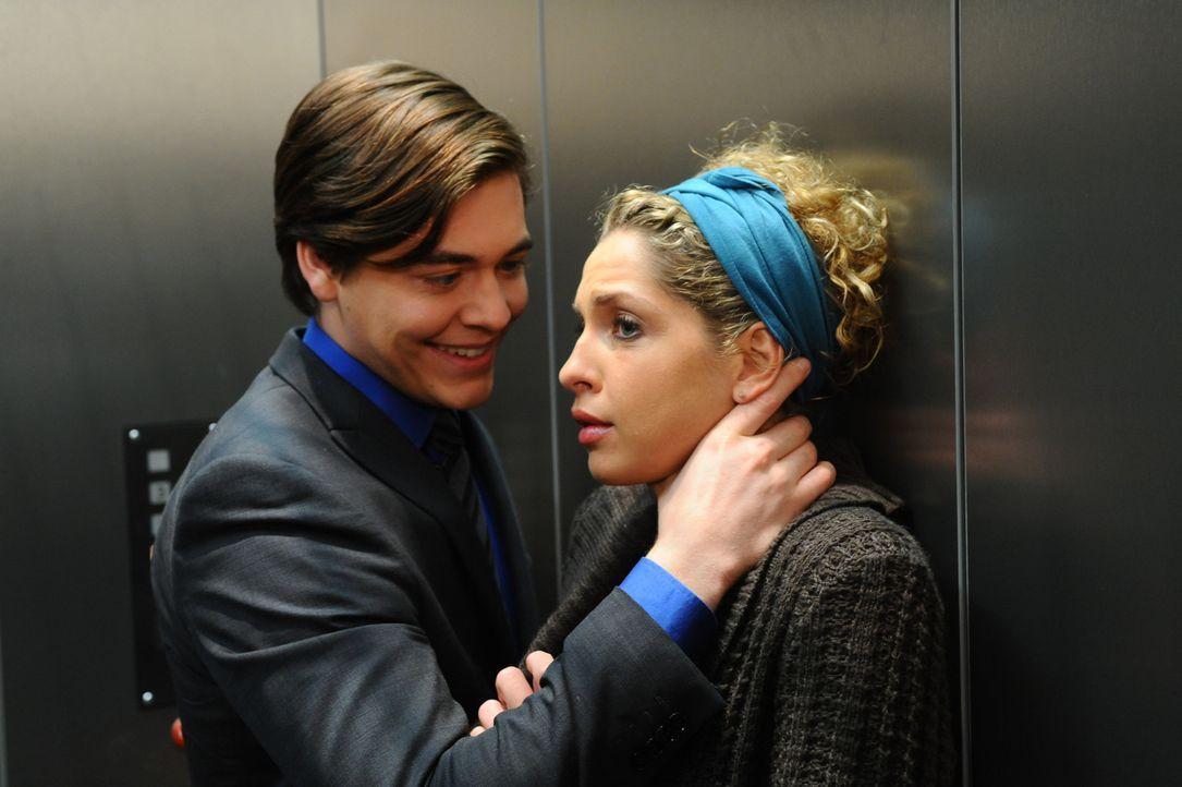 Kais (Frederic Böhle, l.) Zudringlichkeiten machen Nina (Maria Wedig, r.) weiter zu schaffen. Carla verspricht ihr zwar, sich um Kai zu kümmern, v... - Bildquelle: SAT.1