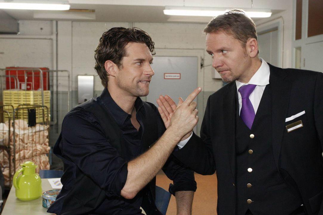 Ahnen Toni (Ron Holzschuh, l.) und Carlo (Mathias Kahler-Polagnoli, r.) was hinter Julius Schwächeanfall steckt? - Bildquelle: SAT.1