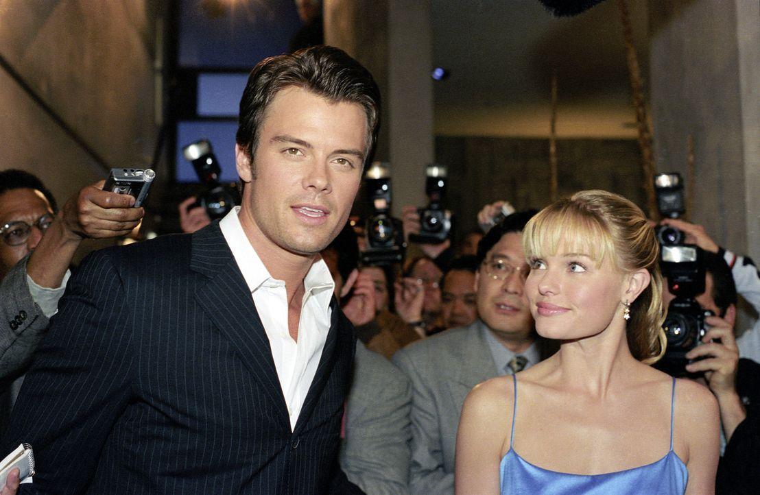 Bei einem Gewinnspiel gewinnt Rosalee (Kate Bosworth, r.) ein Treffen mit Hollywoodstar Tad Hamilton (Josh Duhamel, l.). Sie ahnt jedoch nicht, dass... - Bildquelle: 2004 DreamWorks LLC. All Rights Reserved.