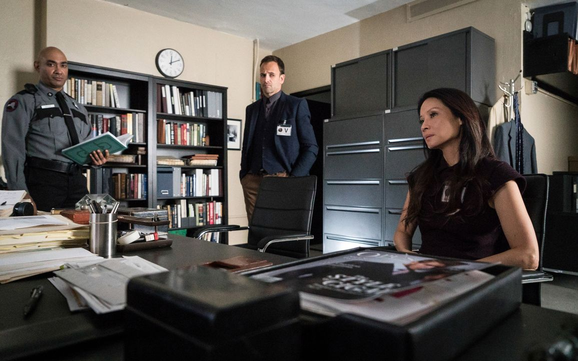 Joan (Lucy Liu, r.) und Sherlock (Jonny Lee Miller, M.) bekommen es mit einem Mordfall zu tun, der sehr an die Kriminaltaten eines Serienkillers, de... - Bildquelle: Michael Parmelee 2015 CBS Broadcasting Inc. All Rights Reserved.
