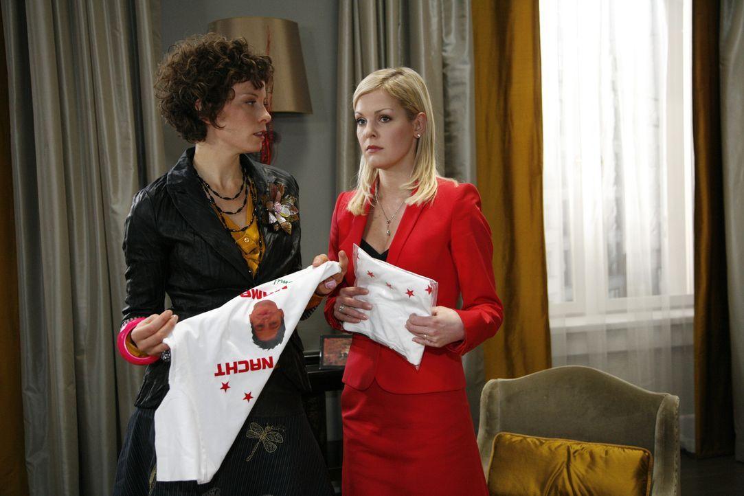 Alexandra (Yvonne Schönherr, r.) entdeckt, dass Emily (Anna Schäfer, l.) gegen ihre Absprache die T-Shirts modifiziert hat ... - Bildquelle: SAT.1