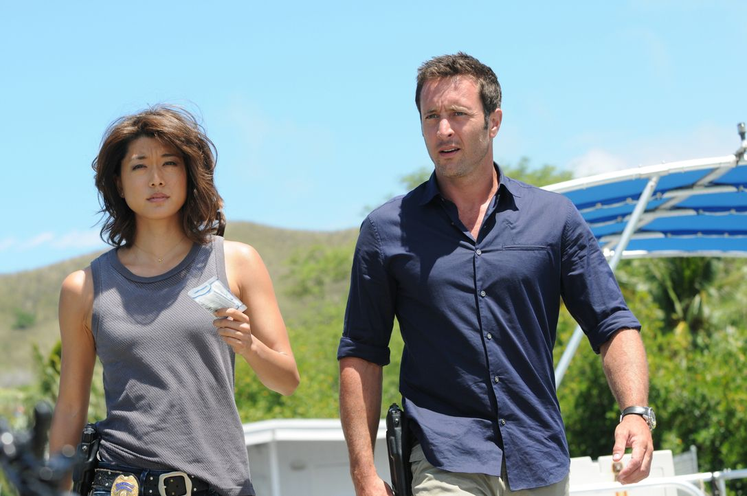 Während Dannys Neffe im Labor seine neue Stelle antritt, müssen Steve (Alex O'Loughlin, r.) und Kono (Grace Park, l.) einen neuen Fall aufdecken ... - Bildquelle: Norman Shapiro 2015 CBS Broadcasting, Inc. All Rights Reserved