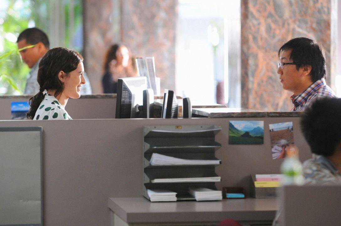 Bei einem Bankbesuch gerät Max (Masi Oka, r.) in einen Überfall, dabei werden er und sein Schwarm Sabrina (Rumer Willis, l.) angeschossen ... - Bildquelle: 2012 CBS Broadcasting, Inc. All Rights Reserved.