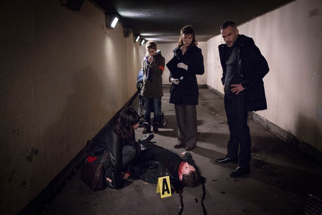 Als ein Mann ermordet und mit einem aufgeritzten Grinsen aufgefunden wird, beginnen Adèle (Juliette Roudet, l.), Emma (Sophie de Fürst, 2.v.l.), Doc... - Bildquelle: Eloïse Legay 2016 BEAUBOURG AUDIOVISUEL