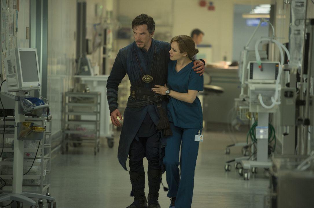 Dr. Stephen Strange (Benedict Cumberbatch, l.); Dr. Christine Palmer (Rachel McAdams, r.) - Bildquelle: Jay Maidment 2016 Marvel. All Rights Reserved. / Jay Maidment