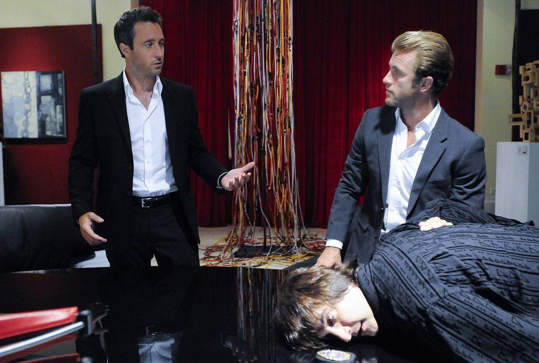 Bei den Ermittlungen im Mordfall Meka stoßen Danny (Scott Caan, M.) und Steve (Alex O'Loughlin, l.) auf Bastille (Bronson Pinchot, r.).Doch hat er... - Bildquelle: TM &   2010 CBS Studios Inc. All Rights Reserved.