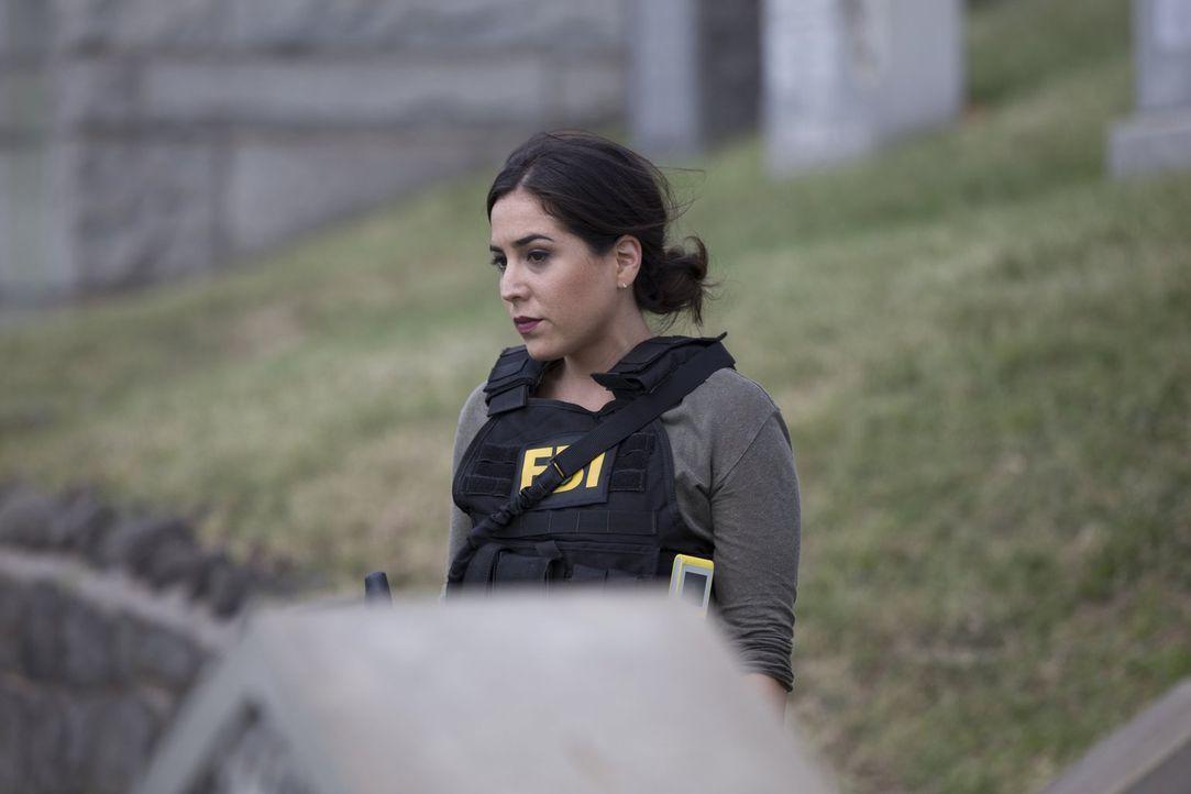 Die mit Wettschulden belastete FBI-Agentin Zapata (Audrey Esparza) erhält ein dubioses Angebot, um ihre Verbindlichkeiten loszuwerden ... - Bildquelle: Warner Brothers