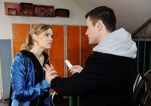 Besorgt versucht Caro, Sophie in Australien zu erreichen und wird dabei von Timo erwischt. Sie kann zwar Timos Nachfragen geschickt abwehren, aber t... - Bildquelle: Christoph Assmann - Sat1