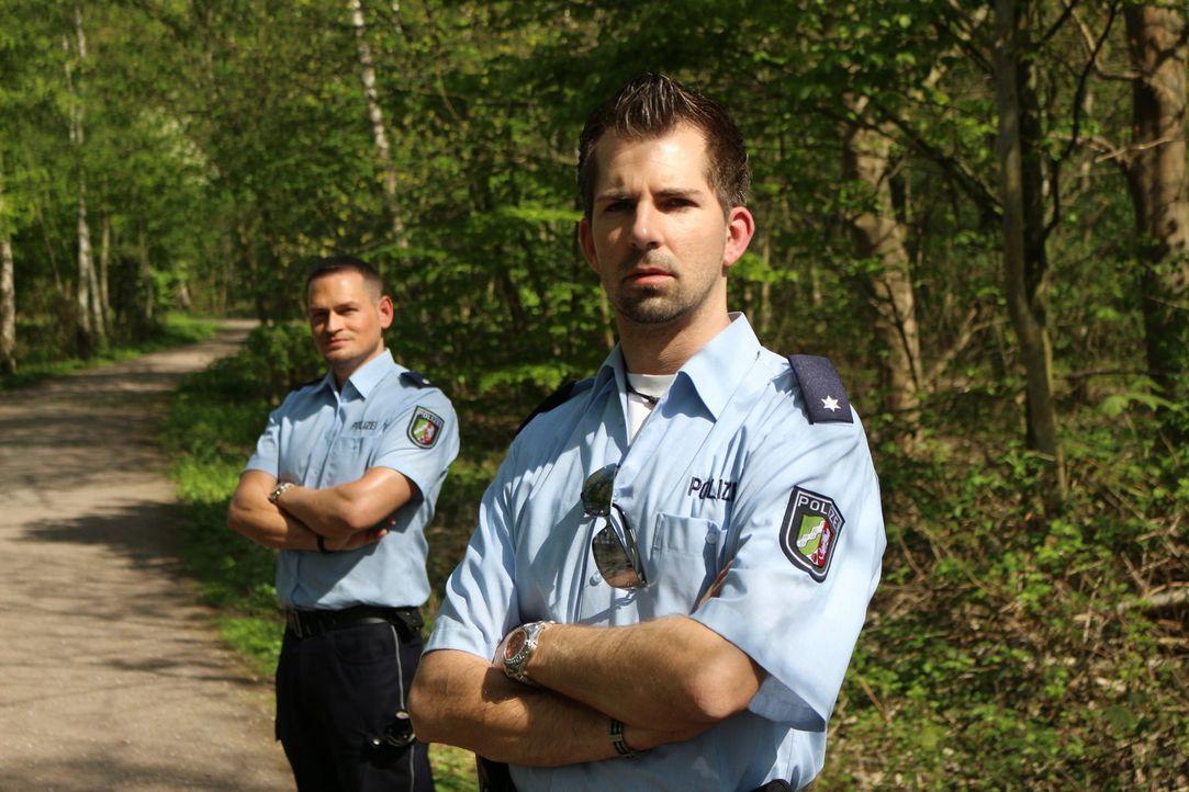 Mit kriminalistischer Intuition und strategisch cleveren Fragen locken die Duisburger Polizeikommissare Fabian Köster (r.) und Stephan Novel (l.) di... - Bildquelle: SAT.1