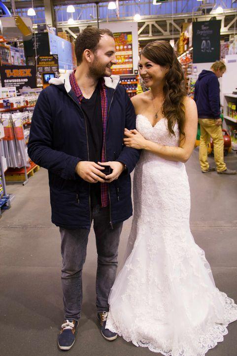 """Olgas (r.) großer Moment kommt, als sie im Brautkleid vor Mirko (l.) steht und ihn fragt: """"Willst Du mich heiraten?"""" Sagt er Ja, geht es direkt zum... - Bildquelle: SAT.1"""
