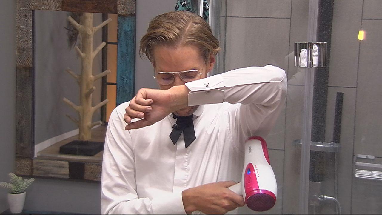 Jens greift zum Schweiß-Fön - Bildquelle: SAT.1