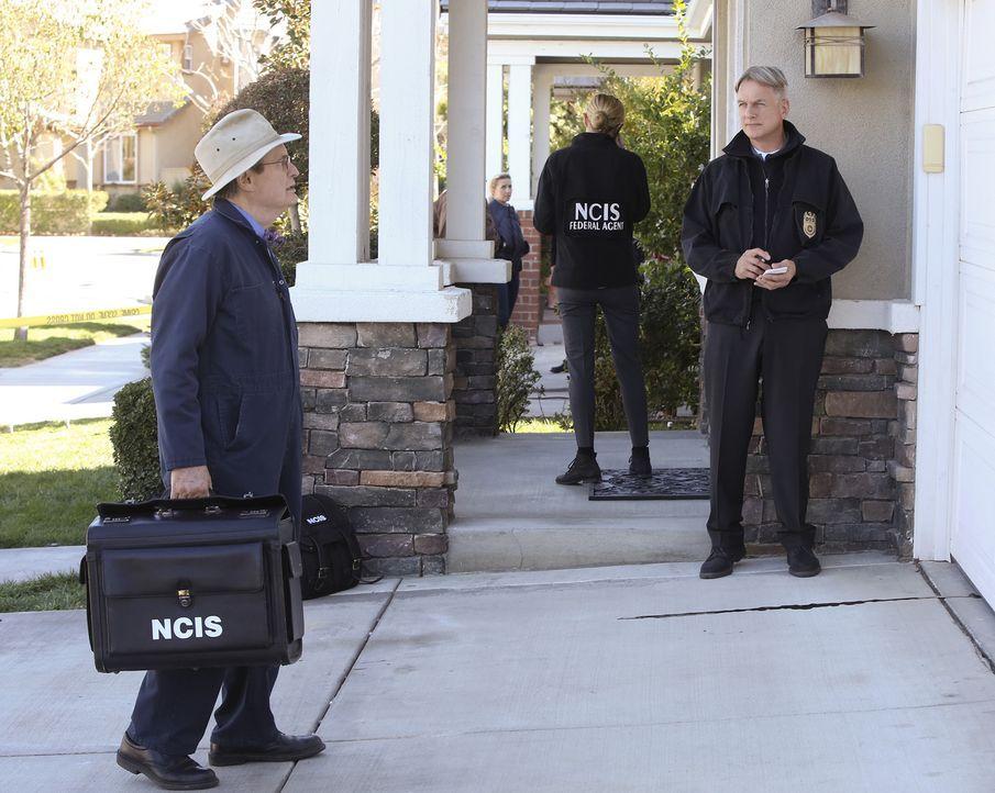 Als eine Frau im Haus eines Marines und dessen Ehefrau ermordet aufgefunden wird, werden Gibbs (Mark Harmon, r.) und Ducky (David McCallum, l.) hinz... - Bildquelle: Robert Voets CBS Television