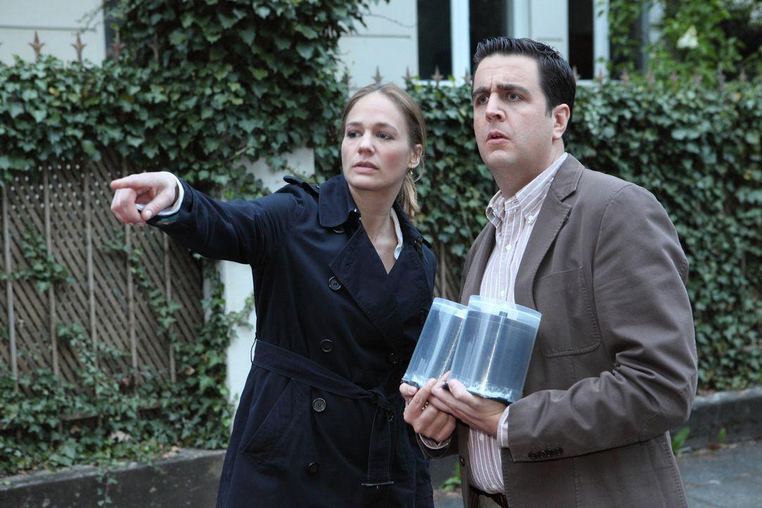 Entwickeln eine Idee für eine Internet-Show: Bastian (Bastian Pastewka, r.) und Anne (Sonsee Neu, l.) ... - Bildquelle: Guido Engels SAT.1