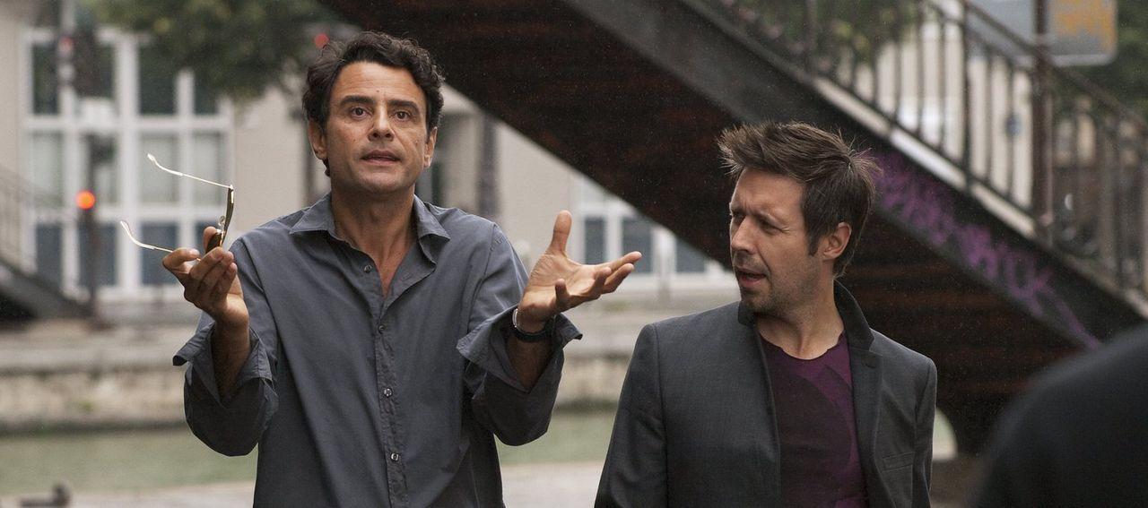 Ohne es zu ahnen, manövriert Derek (Paddy Considine, r.) seinen Freund Paolo (Vincenzo Amato, l.) in einen Schlamassel mit Greta ... - Bildquelle: Warner Bros.