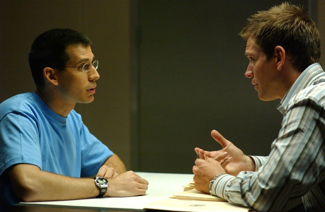 Wird Tony (Michael Weatherly, r.) von Simon (Jon Wellner, l.) etwas über den Mord an einem Studenten erfahren? - Bildquelle: CBS Television