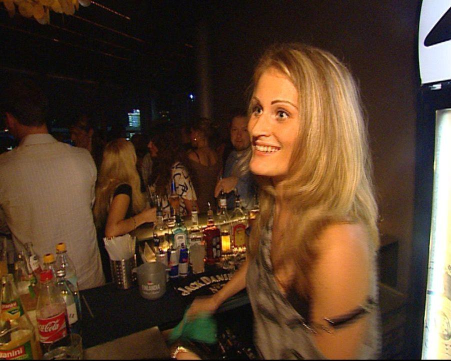 """Alexa arbeitet tagsüber im eigenen Nagelstudio, in der Nacht verdient sich die große Blonde das Geld im Club """"40 seconds"""". Hier im Partytempel am... - Bildquelle: Sat.1"""