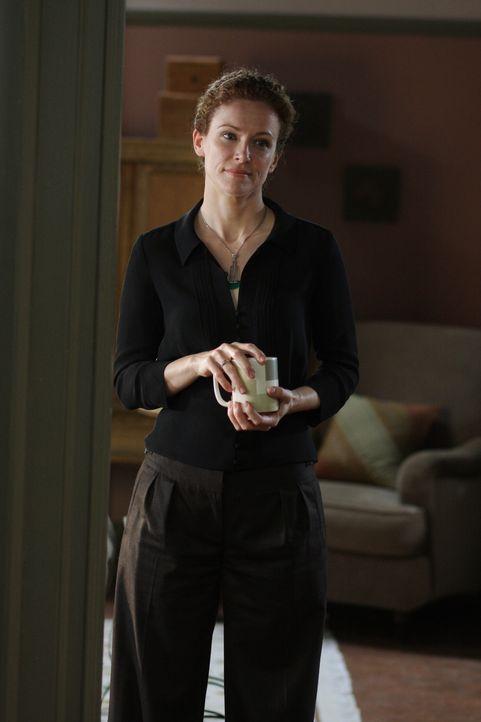 Hat Kristina (Leslie Hope), die Wahrsagerin von Rosemary Tennant, etwas mit deren Tod zu tun? - Bildquelle: Warner Bros. Television